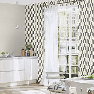Schwarz-weiße Vliestapete in heller Küche