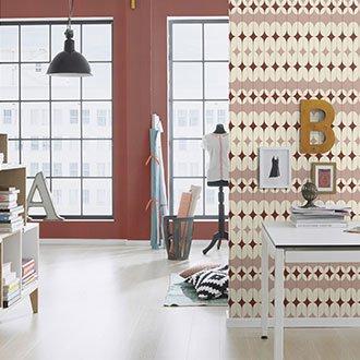Arbeitszimmer mit gemusterter Vliestapete