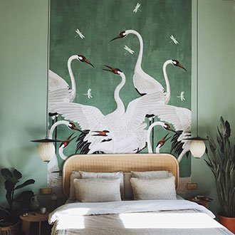 Grüne Tapete mit Kranichmuster auf mintfarbener Wand im Schlafzimmer