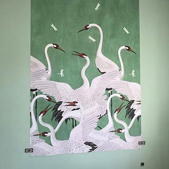 Die fertigen Tapetenbahnen sind auf der mintfarbenen Wand angebracht